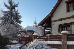 Kiss-E.-u.-háttérben-a-szerb-templom